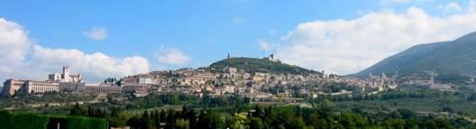 Panorama de la ville d'Assise. La basilique se trouve sur la gauche de la photo, surmontant un portique de colonnes du XVe siècle